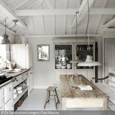 Der lange Küchentisch im Shabby Chic passt sich gut in die weiße Küche ein. Das lackierte Holz, welches abgesehen von Tisch und Hocker komplett in Shabby Weiß …