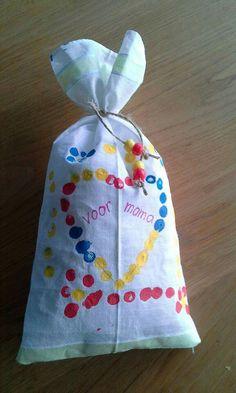Ons moederdagcadeau gemaakt van een zakdoekje. Gevuld met kussenvulling en lavendel.