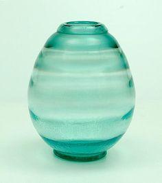 """Botterweg Auctions Amsterdam > Meerblauw glazen """"Serica"""" vaas (no.32) met tincraquelé, ontwerp A.D.Copier 1931, uitvoering Glasfabriek Leerdam"""