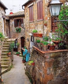 Italy is a country which has succeeded in cultivating the greatness of even its least noted cities, villages and hamlets. Toscana, Beautiful Places To Visit, Places To See, Italian Village, Living In Italy, Italy Holidays, Earthship, Visit Italy, Tuscany Italy