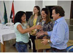 Beneficiários do Bolsa Família recebem certificados. http://www.passosmgonline.com/index.php/2014-01-22-23-07-47/geral/5309-beneficiarios-do-bolsa-familia-recebem-certificados