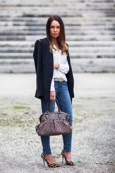Blazer and jeans: ZARA | Blouse: MANGO | Belt: STRADIVARIUS | Shoes: DUNE | Bag: LOUIS VUITTON 'Trevi PM'.