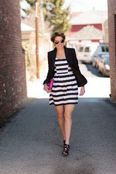 Love this combination with the striped dress, black blazer and shoes and the bright pink bag.  Fantástica combinación de vestido a rayas, sandalias y chaqueta negra y bolso fucsia, uno de mis colores favoritos.