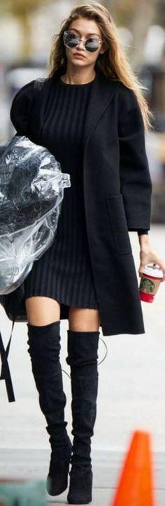 C'est désormais une question récurrente: comment porter les cuissardes cet hiver ? Toute la difficulté consiste à rester sexy sans mourir de froid. Focus : Gigi Hadid porte des cuissardes en daim noir avec une robe pull noire et un long manteau noir