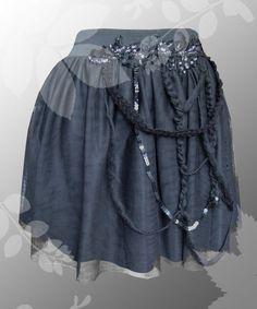 Raffinierter Tüllrock in der Farbe schwarz. Der Bund ist aus einem elastischen Gummiband gefertigt, so das sich der Rock perfekt an den Körper anpasst