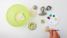 Fazer massa de modelar em casa é fácil e ótimo para quem quer poupar dinheiro. Esta atividade também é uma grande ideia de artesanato para as crianças. Este artigo oferece um método simples para que você faça sua própria massa e esculturas ...