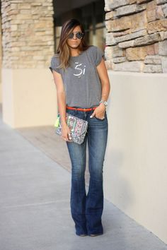 Si t-shirt and wide leg jeans, so cute! Via Robyn Vilate