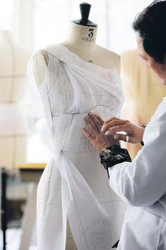 Dans la nouvelle campagne publicitaire du parfum J'adore, réalisée par Jean-Baptiste Mondino, l'égérie Charlize Theron se dévoile dans une création ré