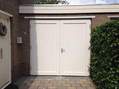 """Openslaande houten garagedeuren model """"Franeker"""" Dit model is een heel populair model in onze serie hoogwaardige houten openslaande deuren. Elk model kan naar eigen wens aangepast worden. Deuren kunnen ook naar binnendraaiend gemaakt worden. Wij demonteren uw bestaande metalen kanteldeur (Hörmann / Tekla) of houten deuren en voeren deze ook voor u af. Deurdikte is …"""