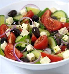 Grecky salat                                                             3 paradajky pár koliesok červenej cibule 1/2 čerstvej uhorky 120 g balkánskeho syra 16 ks tmavých olív 3 lyžice olivového oleja šťava z polovice citróna strúčik cesnaku 1 lyžička sušeného tymiánu mleté čierne korenie