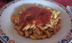 Il pranzo della domenica in Molise è caratterizzato, quasi sempre, da un buon piatto di cavatelli con il sugo di maiale. Ricetta per voi.