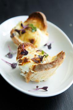 Leckere Muffins nach Art Croque Madame mit feinem Schinken und Sauce Mornay mit Senf, Comté und Muskatnuss.