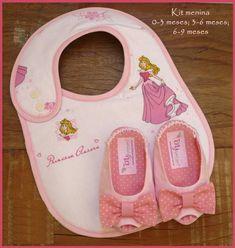 Kit para bebê contendo: 1 sapatinho (disponíveis nos tamanhos:  0-3 meses; 3-6 meses ou 6-9 meses ) 1 babador (com duas regulagens)  Informações de tamanho para o sapatinho: 0-3 meses - 9,5 cm de comprimento / corresponde aproximadamente à numeração 14; 3-6 meses - 11cm de comprimento / corresponde aproximadamente às numerações 16/17; 6-9 meses - 12cm de comprimento / corresponde aproximadamente à númeração 18. R$ 59,00