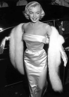 1954: Marilyn arriving at the premiere of  the film 'There's No Business like Show Business'.  (Photo by M. Garrett/Murray Garrett/Getty Images)