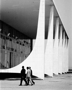 Brasilia, The Palácio do Planalto is the official workplace of the President of Brazil. The building was designed by architect Oscar Niemeyer, photo by lucien clergue. Oscar Niemeyer, Organic Architecture, Space Architecture, Architecture Details, Stadium Architecture, Chinese Architecture, Futuristic Architecture, Building Structure, Brutalist