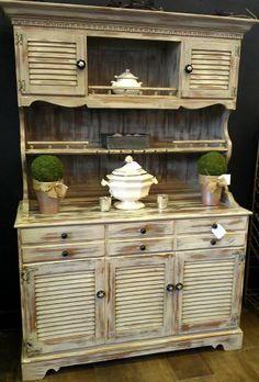 Ethan Allen Early American Vintage Breakfront Hutch China