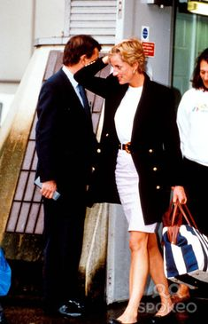 4 or 5 Jan 1993 Princess Diana Returns From Nevis. Heathrow Airport, London. Photo: Dave Parker-alpha-Globe Photos Inc 1993 Heathrow Airport Photo:dave Parker-alpha-Globe Photos Inc 1993