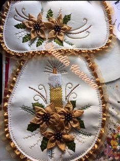 🖐TOCA LA IMAGEN Y APRENDE CORTE Y CONFECCIÓN DE JUEGOS DE BAÑO CON PATRONES FÁCIL PASO A PASO CURSO GRATIS 🖐 Christmas Door Decorations, Christmas Art, Christmas Projects, Tree Decorations, Christmas Wreaths, Holiday Decor, Diy Crafts For Gifts, Fun Crafts, Ribbon Embroidery Tutorial