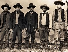 Unlike most criminal outfits in the Old West, the Rufus Buck Gang was a mix of Creek Indian and African American outlaws. They were hanged for holding up stores in Oklahoma and Arkansas. Totems, Wild West Outlaws, Old West Photos, Rare Photos, Vintage Photos, Antique Photos, Vintage Photographs, Indian Territory, Black Cowboys