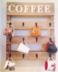 Un porte-mugs très déco en palette http://www.homelisty.com/meuble-en-palette/