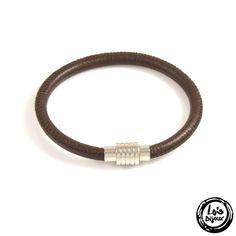 Bijou pour homme simple, tendance et élégant. Bracelet masculin en cuir marron vintage et couture. Bracelet en cuir Napa marron de diamètre 6 mm et fermoir aimanté en acier inoxydable de qualité 304.