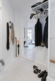 Hoy os quiero enseñar uno de esos apartamentos escandinavos que sabéis que tanto me gustan, este en concreto se basa en una paleta de blanc...