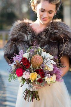 Ein üppiger natürlicher Brautstrauß mit Herbstblüten und Gräsern