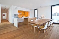moderne Küche in Weiß mit Akzenten aus Massivholz - Bodenbelag und Esstisch