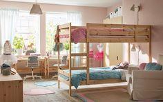 Litera de pino en un dormitorio infantil compartido, con paredes rosas.