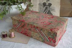 Ancienne boite à couture en tissu fleuri , avec petits compartiments à l'intérieur .  Bon état général , mais le tissu est d'origine . Il a quelques traces d'usure et de salissures sur le couvercle