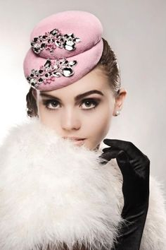 Hats Have It: Kristen Cleal Millinery Bauer Bauer @ Capitol de Beaute Sombreros Fascinator, Fascinator Hats, Fascinators, Sinamay Hats, Wedding Headpieces, Millinery Hats, Mode Rose, Estilo Pin Up, Beauty And Fashion