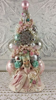 Vintage Ideas Top 40 Stunning Vintage Christmas Tree Ideas Christmas Celebrations - Are you looking for some Vintage Christmas Tree Decorations on this Christmas. Well here is a collection of vintage Christmas Decorations, that will guide you to [. Vintage Christmas Crafts, Shabby Chic Christmas, Vintage Ornaments, Retro Christmas, Vintage Holiday, All Things Christmas, Christmas Holidays, Rustic Christmas, Christmas Ideas