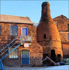 bottle oven, corner of Warren St /  Normacot Road, Longton  photo: David Rayner - Feb 2003