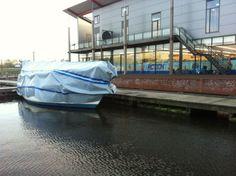 Boot Covers. Uw #boot kan er net zo mooi #onderzeil bij liggen zoals u hier ziet op het plaatje. Het is echt heel makkelijk en eenvoudig op maat te maken.  1) U pakt uw dekkleed uit over uw boot. 2.) het te veel aan lengte en of breedte > knipt u tussen de blauwe banen af! 3) Vanaf de onderste blauwe baan aan de zijkanten van uw boot, maakt u uw dekkleed vast aan de voor geprepareerde gaatjes. 4) Zeilmakers werk zal niet meer hoeven. 5) Het kost u weinig aan tijd, om dit te realiseren!