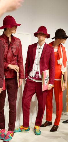Modeconnect.com - Models lined up backstage at the Burberry S/S15 men's show in London