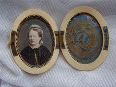 "FINE VICTORIAN CARVED MOURNING PORTRAIT MINIATURE HAIR MEMENTO LOCKET CASE 1882, 2.5"" by 1.9"" ,  £350,00 Ca. EUR 436,61"
