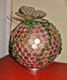 Garden ball with pennies Garden Balls, Pennies, Diy Projects To Try, Dream Garden, Yard Art, Bowling, Mosaics, Stained Glass, Garden Ideas