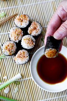 A kid friendly Poor Man's Spicy Tuna Roll Recipe you can easily make with everyday pantry ingredients! Ready in 15 minutes from start to finish. SPICY TUNA ROLL (POOR MAN'S) When it comes to ordering sushi rolls Fish Recipes, Seafood Recipes, Asian Recipes, Cooking Recipes, Easy Sushi Recipes, Cooked Sushi Recipes, The Best Tuna Recipe, Oshi Sushi, Spicy Tuna Roll