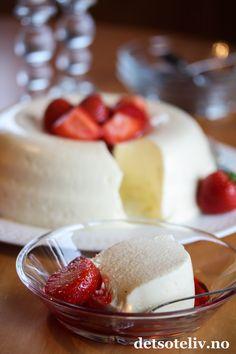 """Hei kjære dere! Da er jeg tilbake i Oslo etter en interessantuke i Russland, og det er deilig å være hjemme igjen!  Jeg har blitt inspirert til å teste ut mange kjempegode,russiske kaker som jeg har smakt på, men det får bli etter hvert. I dag kommer jeg i stedet med en tradisjonsrik, norsk dessert, som du sikkert kjenner til fra før og som heter """"Fløterand"""". Fløterand er enkel dessert å lage, og består av en fromasj basert på kremfløte og vanilje. Her har jeg servert desserten m..."""