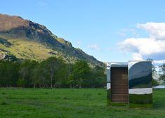 Étudiants en architecture, Angus Ritchie et Daniel Tyler ont imaginé et construit ce belvédère en miroirs dans un parc national écossais dont les façades d