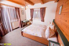 Schlafzimmer aus Vollholz mit Sitzgelegenheit und Schreibtisch.  www.mitterer.at