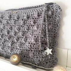 Aprende a tejer un Clutch de trapillo con solapa. Crochet Clutch Bags, Crochet Purses, Crochet Case, Knit Crochet, Popcorn Stitch, Purses And Bags, Handmade Items, Coin Purse, Knitting