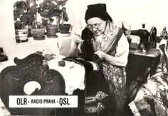 Vanha nainen ompelee pukua, Tsekkoslovakia - Huuto.net