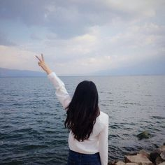 Imagem de girl, sea, and hair Aesthetic Photo, Aesthetic Pictures, Uzzlang Girl, Ulzzang Couple, Poses For Pictures, Summer Photos, Tumblr Girls, Stylish Girl, Photo Poses