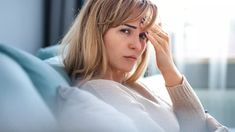 Nemoc mladých, krásných aúspěšných lidí. Tak někdy lékaři přezdívají roztroušenou sklerózu. Může začít nenápadnou bolestí oka askončit upoutáním na invalidní vozík. Nejčastěji se pacienti svou diagnózu dozvědí mezi dvaceti až třiceti lety věku.
