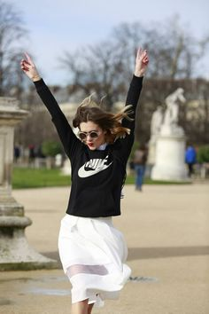 Women's Black and White Print Crew-neck Sweater, White Pleated Midi Skirt Fashion Mode, Sport Fashion, Girl Fashion, Fashion Outfits, Black Midi Skirt, Pleated Midi Skirt, Sporty Chic, Pret A Porter Feminin, Street Style