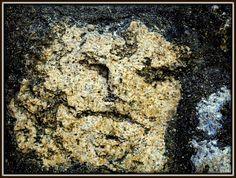 壁に顔 The face on the stone wall