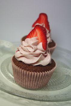 Cupcakes à la fraise - strawberry cupcakes http://marineiscooking.com/2013/04/30/cupcakes-a-la-fraise-monochrome-rose/