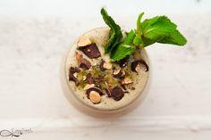 Voici une délicieuse recette de dessert ! Une glace au thé vert matcha (le meilleur), menthe et amandes chocolatées… Ingrédients : * Bananes * thé vert matcha en poudre * Amandes * Cacao cru * Sucr...