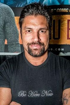 :-) Manu Bennett, with his Be Here Now shirt on, in honor of his mate, the amazing #AndyWhitfield <3